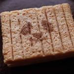 シュガーバターの木 - ライ麦の生地はサクサク。バター風味が香ばしい~。 ホワイトチョコは少し塩味がきいててとっても美味しいです! これもおすすめのお土産だね。