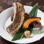 百味飲食 カフーシ リュウキュウ - 肉厚感満載『沖縄きびまる豚の極上骨付きスペアリブの炙り焼き』