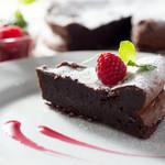 カフェクアラ - 地元奥多摩町の菓子工房の手作りガトーショコラです。
