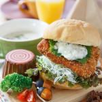 カフェクアラ - 奥多摩ヤマメを使用したフィッシュバーガー+治助芋のスープ+ドリンク付き