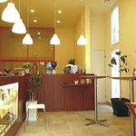 しゃん珈琲 - 入って左にコーヒー豆、ドリンクメニューを選ぶカウンター、奥にドリンクの提供カウンター。