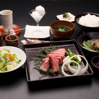 食べごろのお肉を選んでご提供する【焼肉コース】が一押しです。