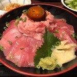 ニッポンまぐろ漁業団 - まぐろとねぎとろ相盛り丼 1000円。