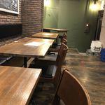 ワニバル - 店内テーブル席