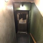 ワニバル - 地下のお店の入口