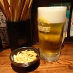 立ち飲み 竜馬 - 生ビール(400円)とお通しの柿の種(100円)