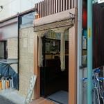 立ち飲み処 - JR大井町駅西口を出て右、すぐの線路沿いの路地を左に行った先です。