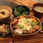 84697443 - オリーブオイルで揚げた たっぷりタルタルのやわらか鶏モモ塩麹からあげ(¥950)