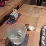 一東菴 - 「〆張鶴」(奥はチェイサーの水)