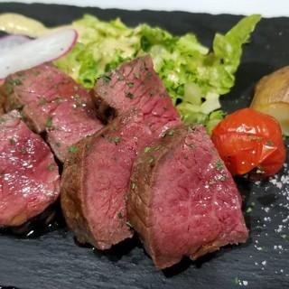 A4ランク以上の黒毛和牛ステーキ低温調理でじっくり焼き上げる