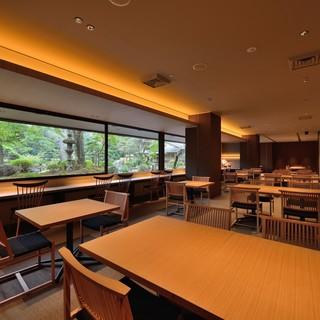 日本庭園のパノラマを望む静穏なレストラン
