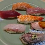 寿司 こまさ - 和皿に乗った、最初のお寿司