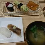 寿司 こまさ - 味噌汁付き 奥にある3種類までが大漁ランチ 手前の2貫がプラスのボリュームランチ