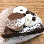 ベル・エ・サンジュ - まるで生チョコのようなガトーショコラの上の丸いチョコとったらこんな感じ