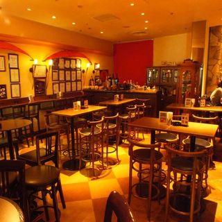 ゆったりとお酒を楽しめる、温かみのあるクラシックな空間