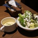Gottie's BEEF  - セットのスープとサラダ