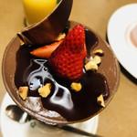 ロイヤルホスト - 苺とショコラのパフェ ~ビターカラメルソース~