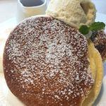 幸せのパンケーキ - 上に乗ってるのは、アイスじゃなくてメープルクリーム?