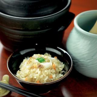絶品の土鍋飯!名物【鯛土鍋飯】や【炙り鮎の土鍋飯】を◎