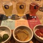 84720361 - 右から3種のビールとつまみ
