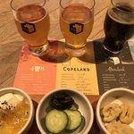 84720366 - 左から3種のビールとつまみ