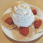 84721634 - ストロベリー、ホイップクリームとマカダミアナッツのパンケーキ