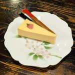 鈴木珈琲店 - 〔期間限定〕桜のレアチーズケーキ(¥490)。桜の塩漬けが一輪、可憐に咲く