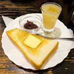 鈴木珈琲店 - モーニングサービス(無料)。あんこ/ジャムが選べる。桃ジュースの一口サービスも嬉しい
