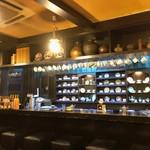 鈴木珈琲店 - 美しいカップ&ソーサーが、所狭しと並ぶカウンター