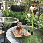 青山フラワーマーケット ティーハウス - 木苺とハーブの紅茶(税込810円)テラス席