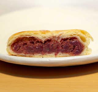 松月堂 - くるみ入りのあんこパイ。和洋折衷、どなたにも好まれる味だと思います
