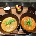 cuud - ◆ハーフ&ハーフ(1297円:税別)・・麺の量が同じだそうですので、2種類のお味を味わえるこちらを。 カレーうどんハーフ、トマトカレーうどんハーフ、ご飯、出汁、野菜のピクルスなど。