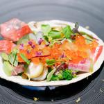 キメラ - 料理写真:炙り北寄貝、菜の花、うど、マイクロリーフ、2色のいくら
