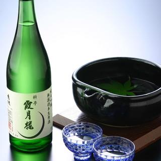 """お酒は種類豊富。茨城の地酒から""""霞月楼大吟醸""""までご用意。"""