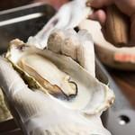 三陸直送 プリプリ牡蠣と新鮮魚介 いわて三陸漁場直送酒場 八○ - 目の前で剥いた牡蠣を頬張ると磯の香りが口いっぱいに広がる♪