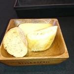 ネオビストロアンドバー トリノ - 木のトレーに乗ったパン