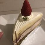 ニシキヤ洋菓子店 - 真ん中に、イチゴもサンドされてます!