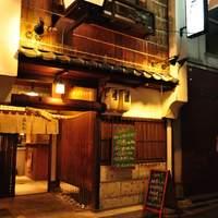 広島 居酒場 お花 - 新天地側からの入り口から入れば、ずらりと並ぶ新鮮な魚たちをお楽しみいただけます。