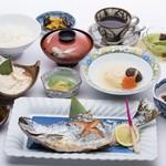 桝屋 味処 - 中禅寺湖の天然ひめますの塩焼き御膳。