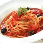 スポーティフ カフェアンドレストラン - オリーブとトマトのパスタ