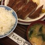 とんかつ宮島 - 味噌汁には、油揚げとワカメ、ねぎ。
