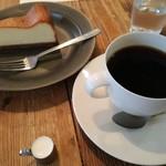 84771669 - チーズケーキとホットコーヒー