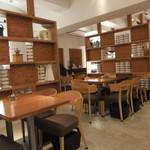 珈琲専門店 三十間 - 内観・木製の椅子とテーブル。どこか図書館ぽい雰囲気。