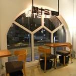 珈琲専門店 三十間 - 内観・青山通りが見下ろせるお席。