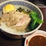 居酒屋 餃子のニューヨーク - 鶏肉飯(チーローハン)はたれをかけて