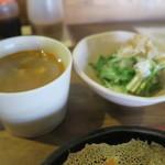 こんがりきつね - セットの小皿とスープ