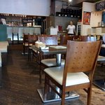 ディーク - 店内の雰囲気です。 入口近くの席から店内奥を撮っています。 左側は、4人掛けのテーブル席、真ん中は、2人掛けにセッティングされていました。