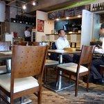 ディーク - 右側は、カウンター席となっており、その奥が厨房となっています。 店内の一番奥にもカウンター席がありますね。 広々とした店内となっています。