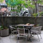 ディーク - 中庭風の場所でも食事が出来るようになっていますね。