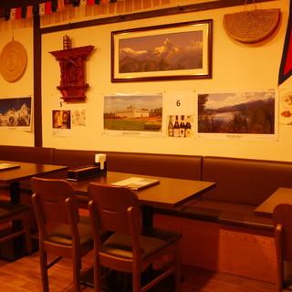 国旗や写真などネパールを彷彿とさせる和やかな店内でまったり♪